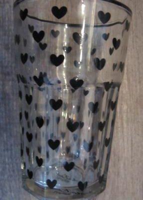 glass med sorte hjerter