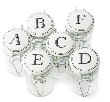 små glass med bokstaver