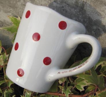 espressokopp hvit med røde prikker